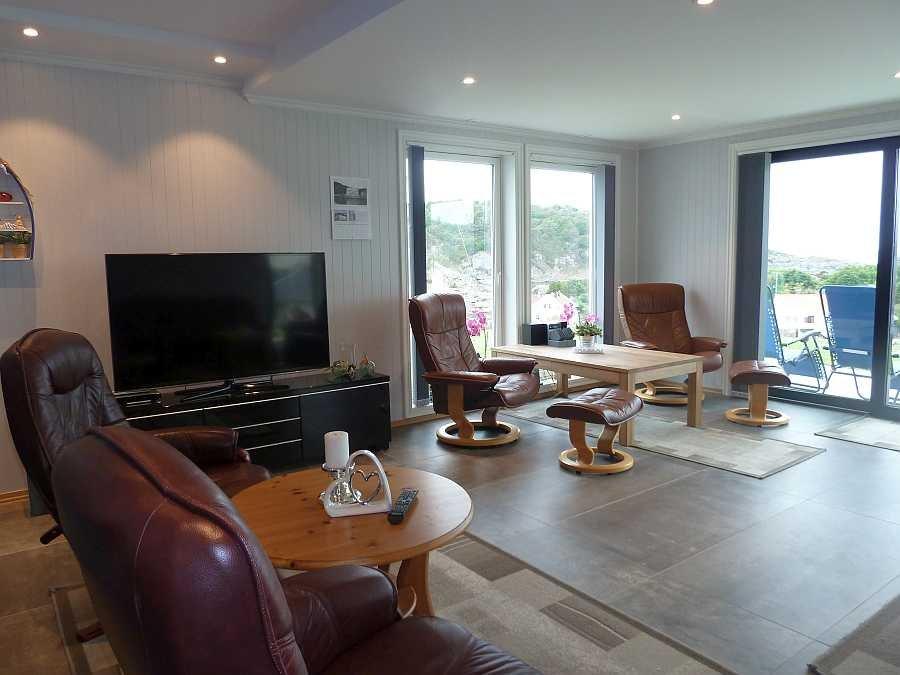 Zwei weitere Sitzbereiche stehen im großen Wohnzimmer zur Verfügung