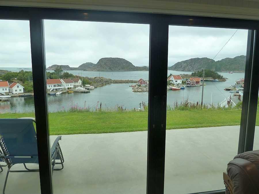 Blick vom Wohnbereich auf die Terrasse und das Meer Richtung Westen