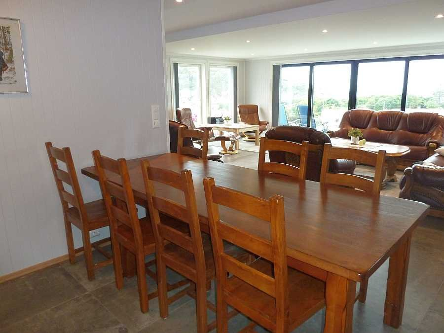Die offene Essecke zwischen Küche und Wohnbereich mit großem Esstisch