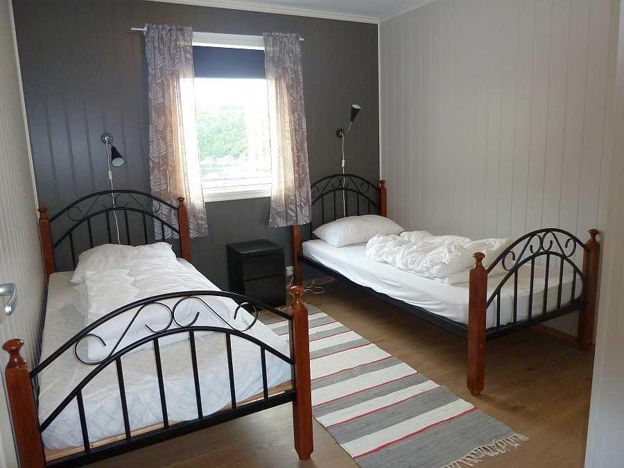 Das dritte Schlafzimmer mit 2 Einzelbetten und Blick auf das Meer