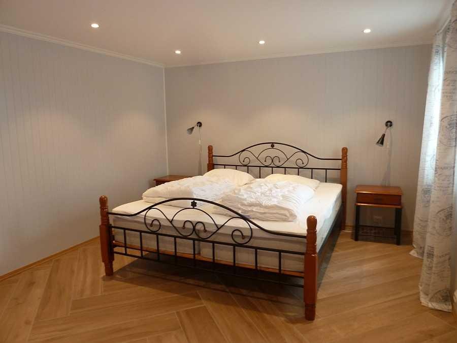 Das große Schlafzimmer mit 1 Doppelbett und Blick auf das Meer (Wohnung Beate-2-Erdgeschoß)