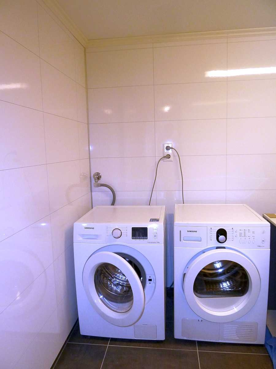 Im zusätzlichen Waschraum stehen eine Waschmaschine und ein Wäschetrockner zur Verfügung