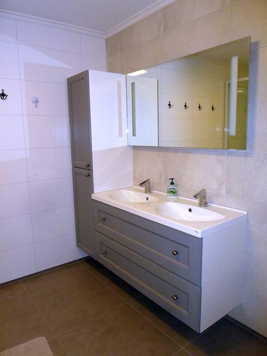 Das Doppelwaschbecken im Bad (Wohnung Beate-2-Erdgeschoß)