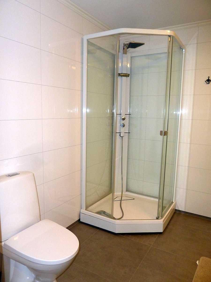 Das große Badezimmer mit Dusche, Doppel-Waschbecken und WC. Fußbodenheizung (Wohnung Beate-2-Erdgeschoß)