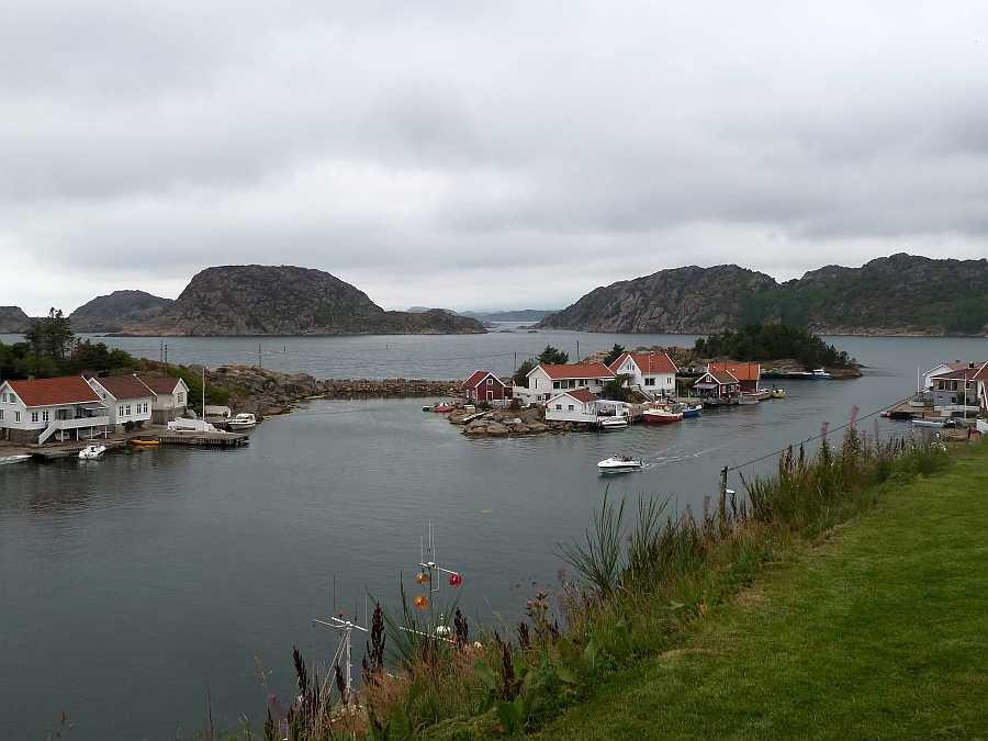 Von der Terrasse kann man sehr gut das maritime Treiben im kleinen Ort Korshamn beobachten