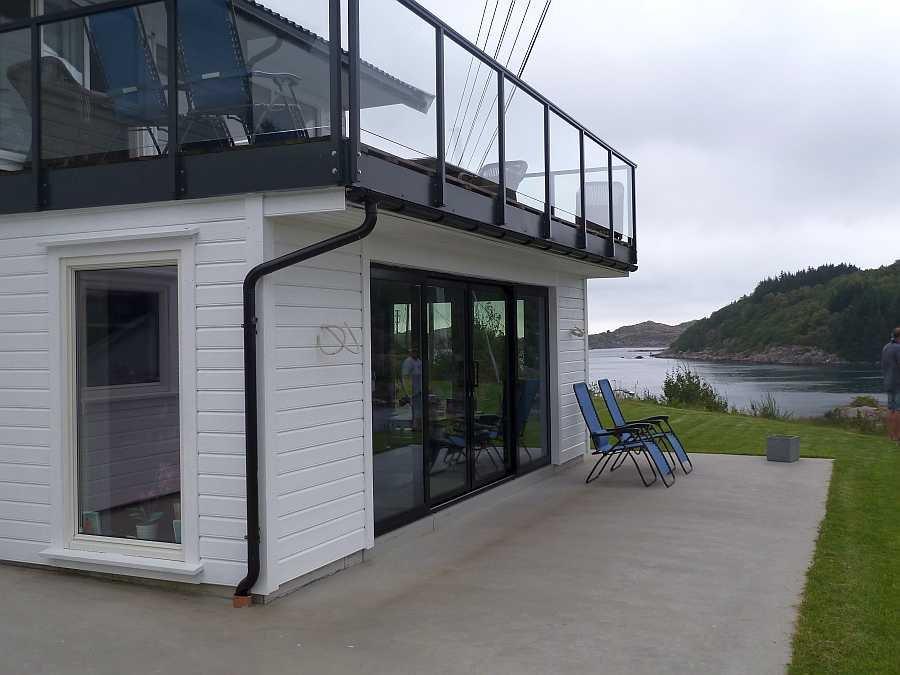 Ein Teil der großen Terrasse der Ferienwohnung Beate-2-Erdgeschoß. Oben sieht  man einen Teil der großen Dachterrasse der Wohnung Beate-1-Obergeschoß
