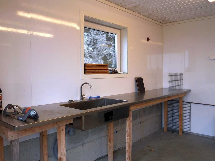 Einer der zwei Filetiertische mit fließend Wasser in dem separaten Filetierhaus