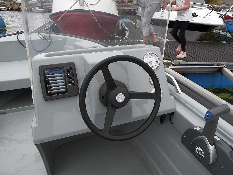 Der Steuerstand des Angelbootes mit Farbecholot/GPS/Kartenplotter