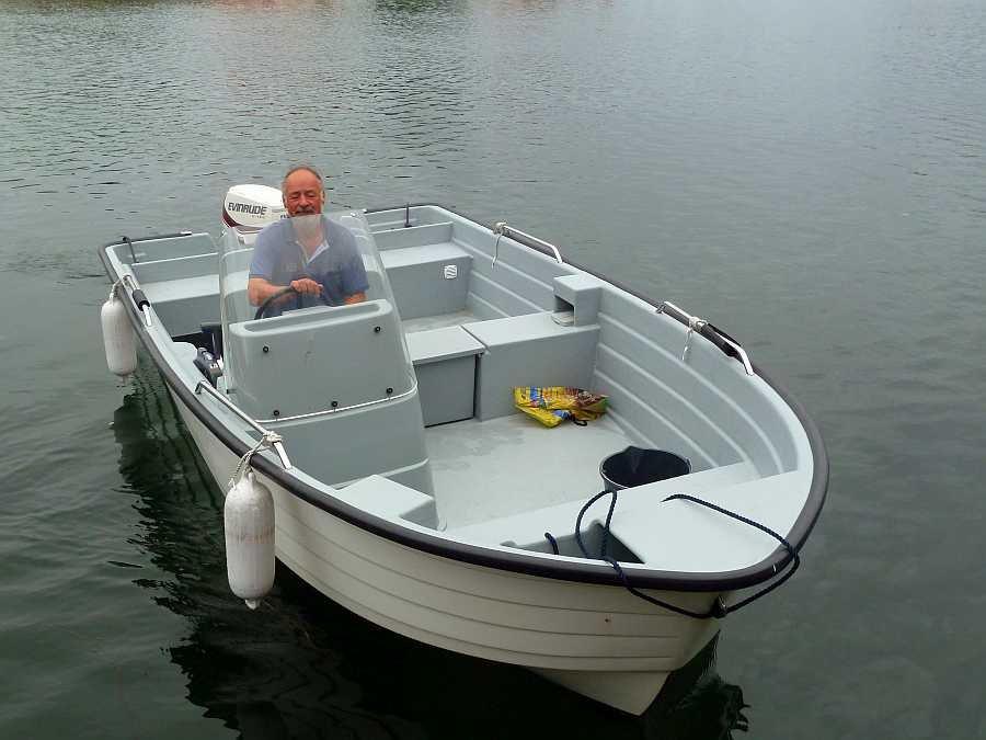 Das Angelboot Sting Pro ist sehr breit und liegt perfekt auf dem Wasser