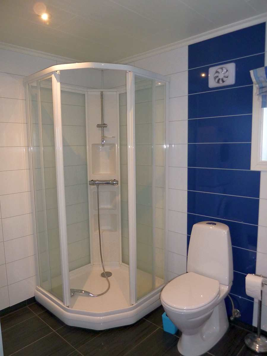 Das Badezimmer mit Dusche, WC, Waschbecken. Fußbodenheizung (Wohnung Beate-1-Obergeschoß)