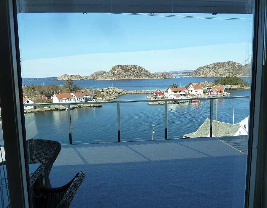 Blick aus dem Wohnzimmer von Wohnung Beate-1-Obergeschoß auf die große Dachterrasse und das Meer