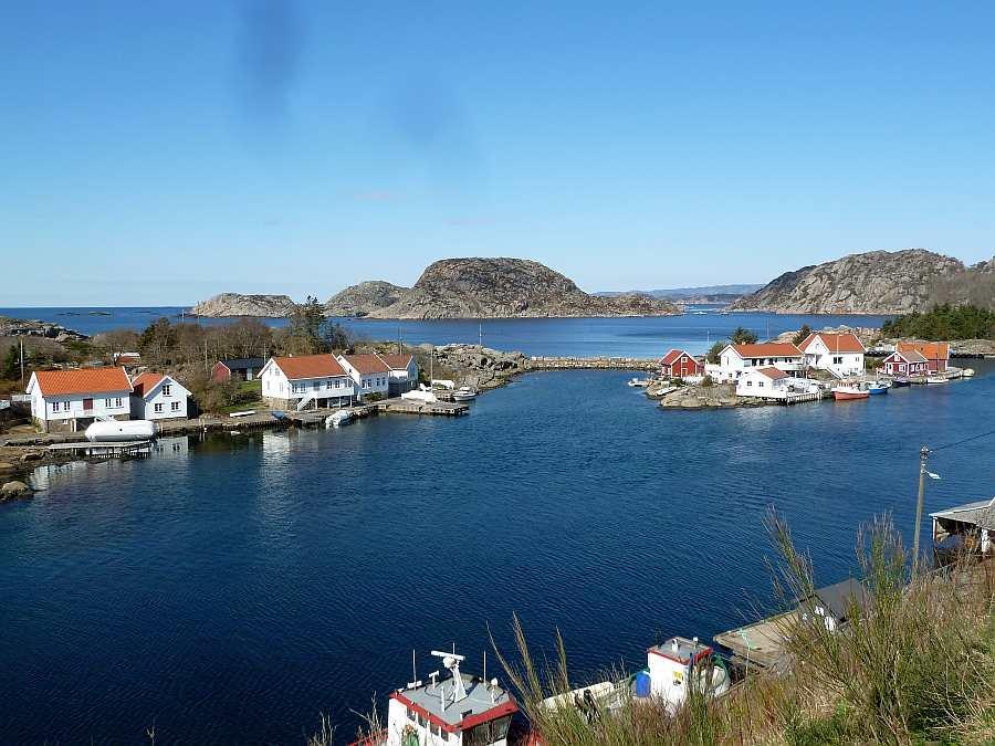 Blick von den Terrassen beider Wohnung nach Westen und auf das  maritime Treiben im kleinen Ort Korshamn