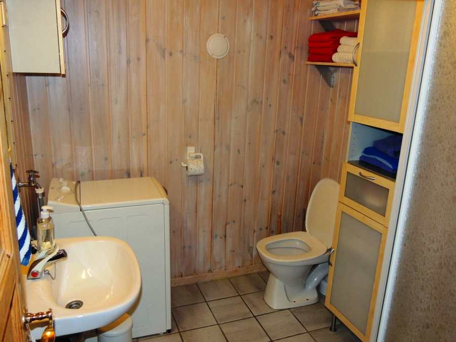 Das Badezimmer mit Duschkabine (rechts)