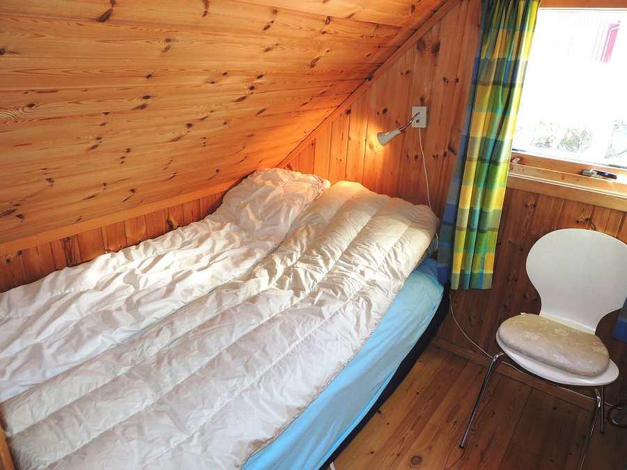 Das 2. Schlafzimmer mit 2 Einzelbetten (eins davon im Bild).