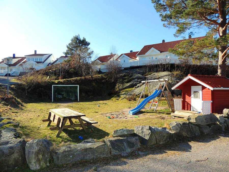 Auf dem Spielplatz hinter dem Haus können sich die Kinder nach dem Angeln noch so richtig austoben.