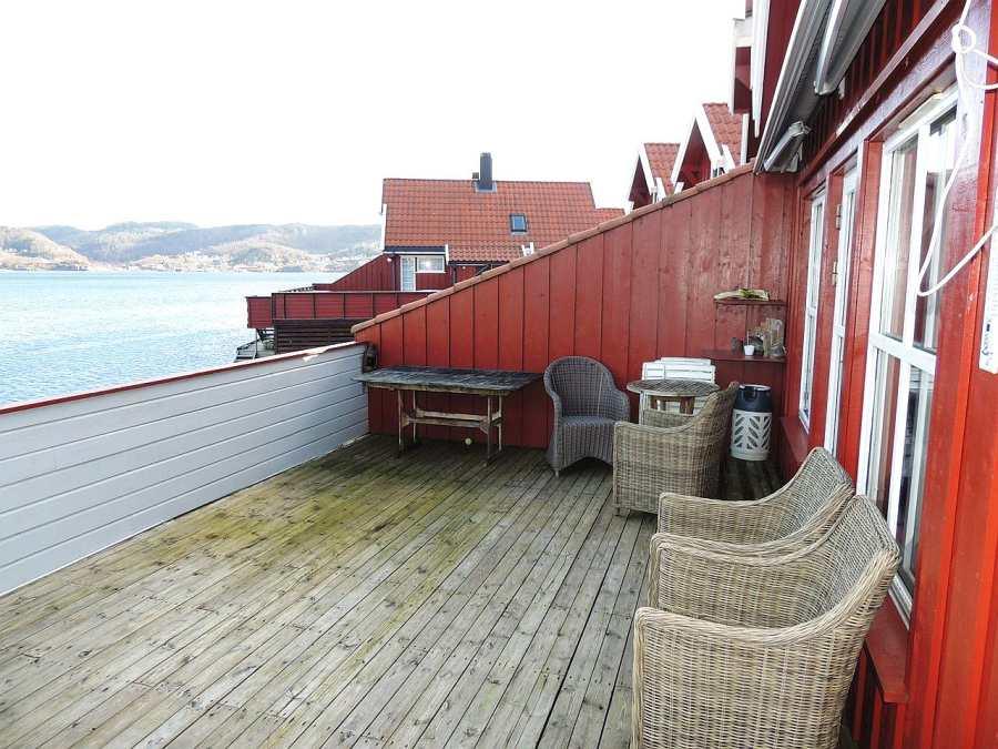 Die großzügige Terrasse des Seehauses bietet genug Platz und eine traumhafte Aussicht.