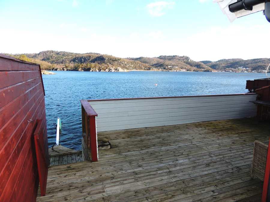 Genießen Sie die Aussicht auf die Bucht am Kap Lindesnes. Über die Treppe gelangen Sie direkt zum Steg und zu den Booten.