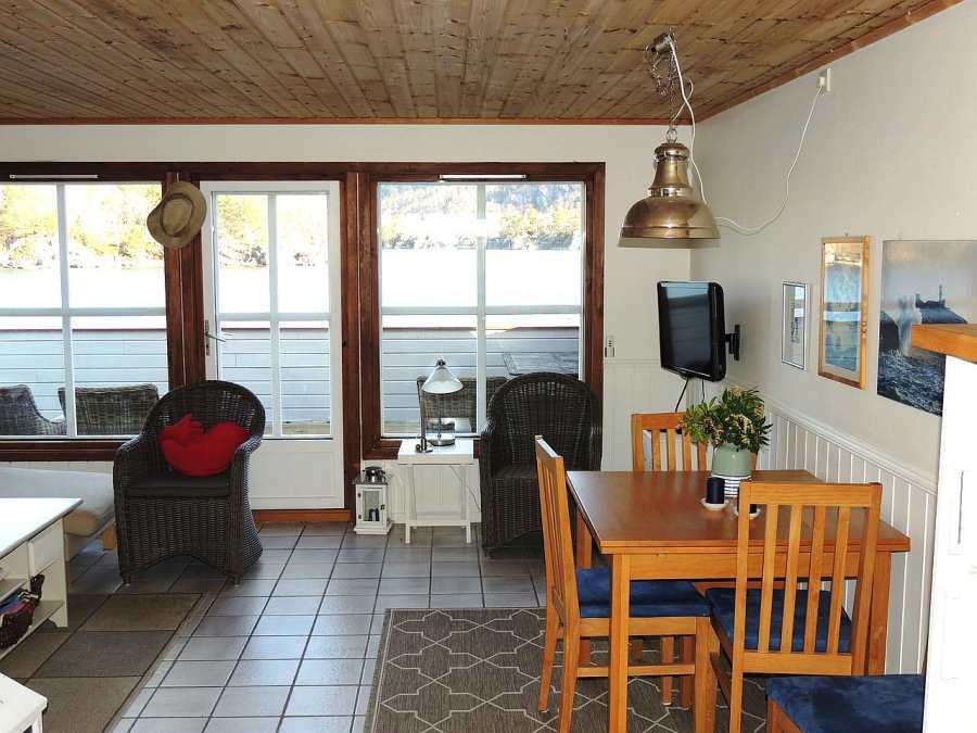 Der Blick aus der Küche in den Essbereich mit ausziehbarem Tisch.