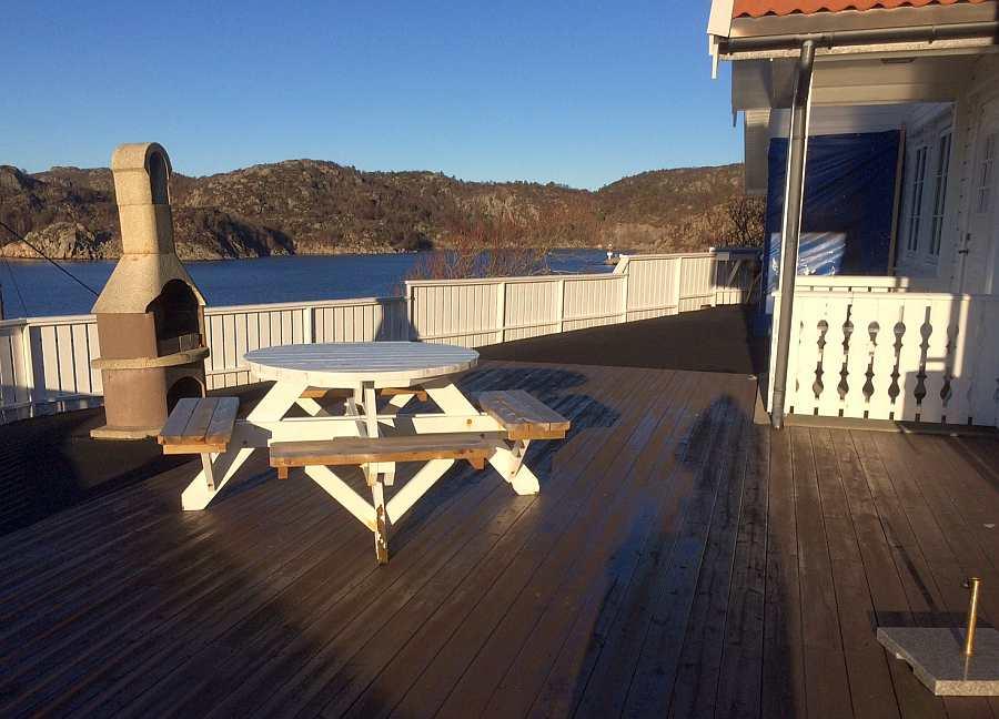 Die große Terrasse mit Sitzgruppe und Kaminofen/Grill