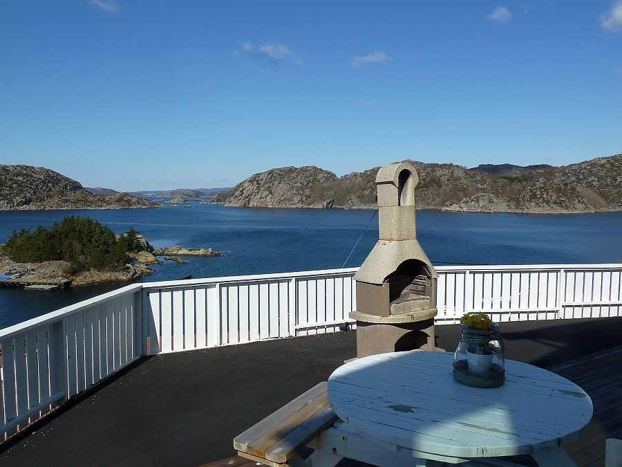 Von der Terrasse hat man einen freien ca. 270° Blick auf den Fjord und das offene Meer
