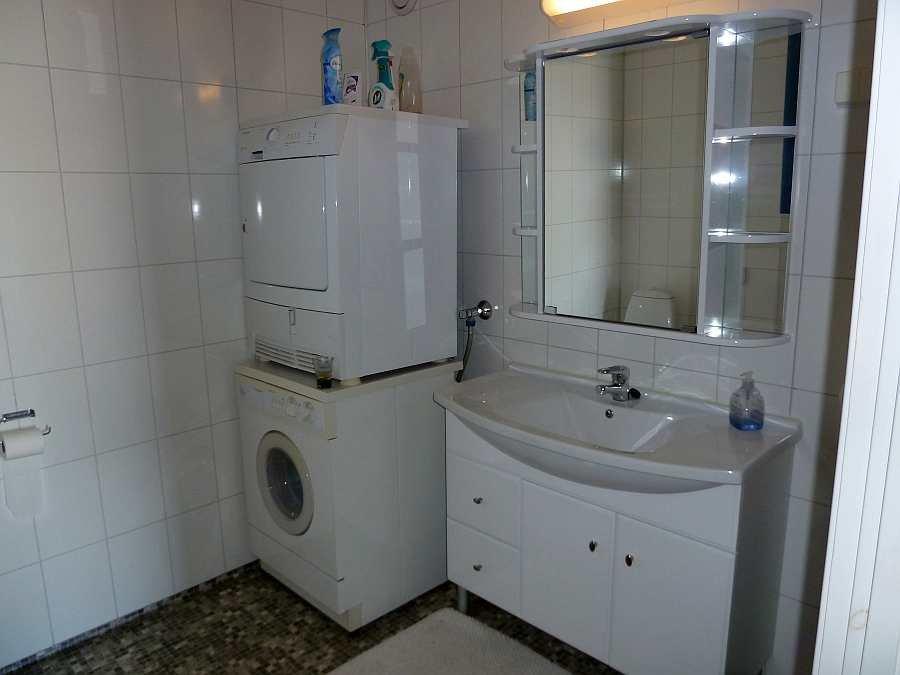 Das Badezimmer mit Dusche, WC, Waschbecken. Zusätzlich stehen Waschmaschine und Trockner zur Verfügung