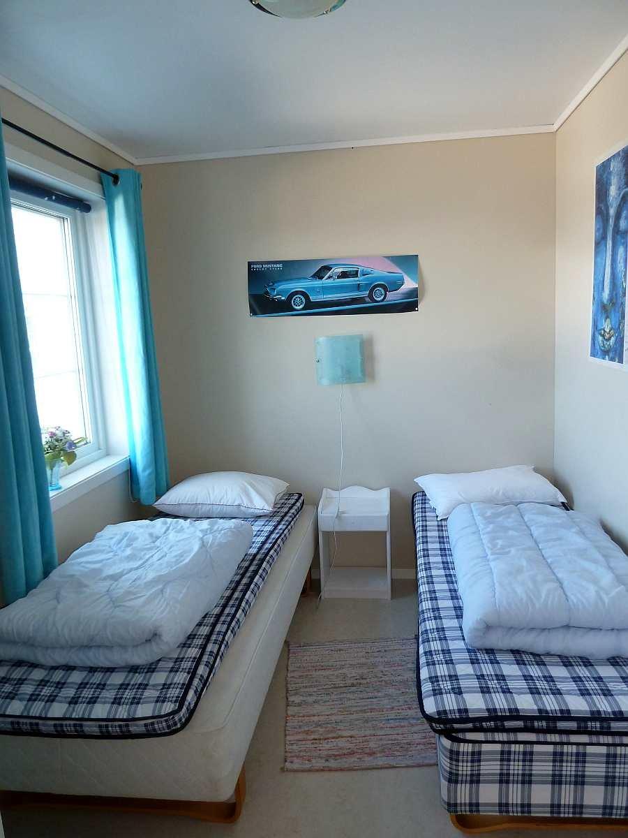 Eines der drei Schlafzimmer mit jeweils 2 Einzelbetten (bei Bedarf jeweils zum Doppelbett zusammenstellbar)