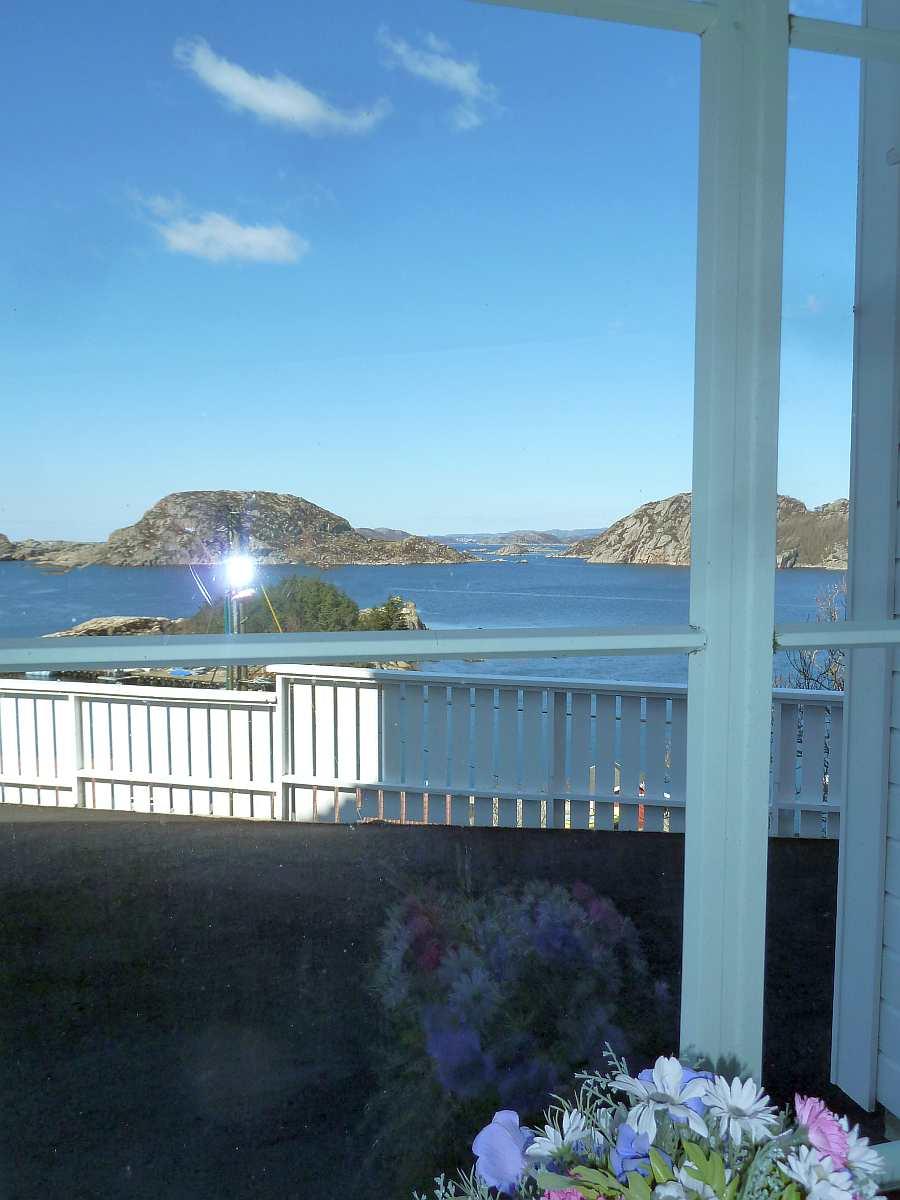 Blick aus dem Schlafzimmer auf den Fjord