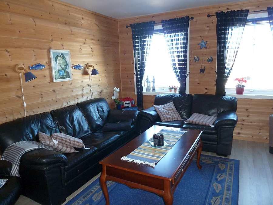 Der Wohnbereich der Ferienwohnung mit direktem Blick auf den Fjord