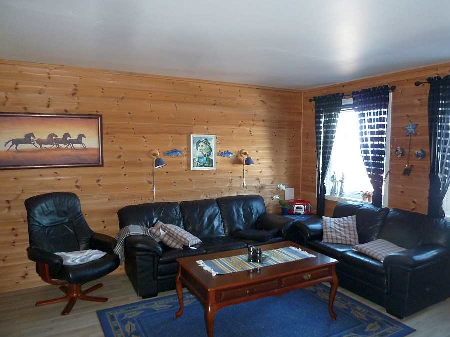 Das Wohnzimmer ist typisch maritim eingerichtet