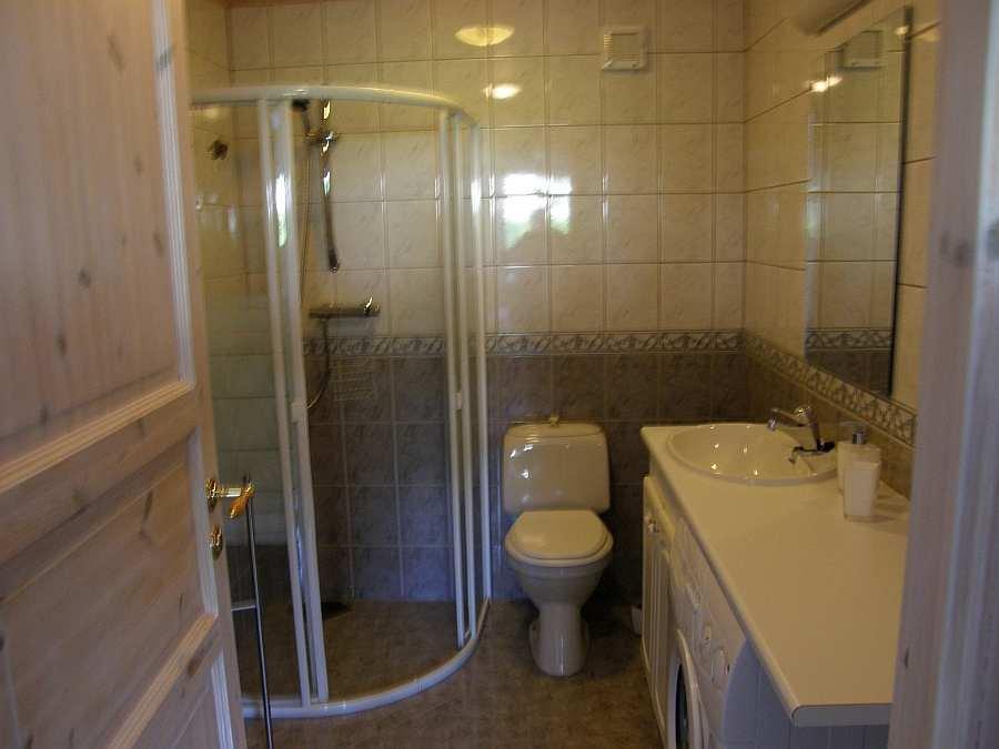 Das moderne Bad. Eine Waschmaschine ist auch vorhanden