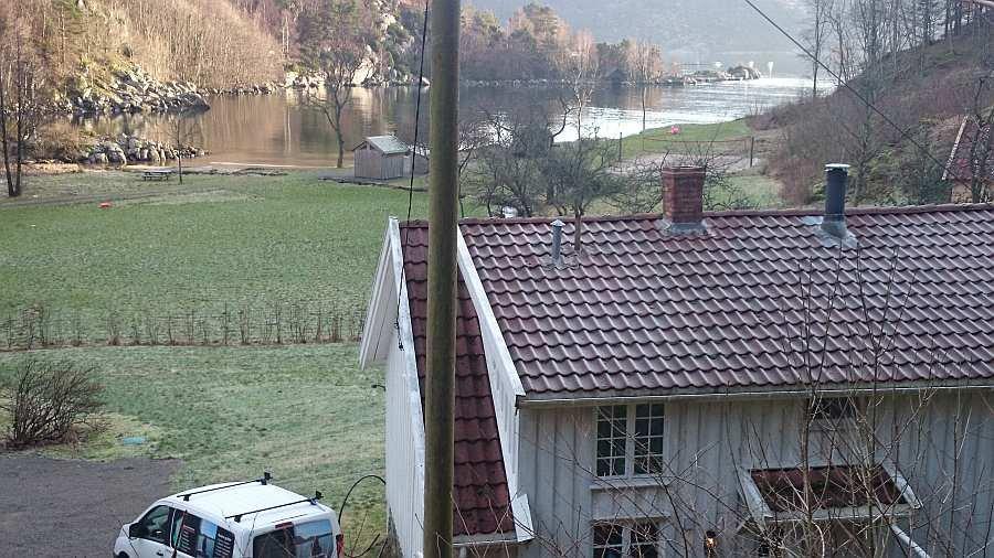 Das Ferienhaus liegt direkt am Grønnsfjord westlich von Kap Lindesnes in Südnorwegen