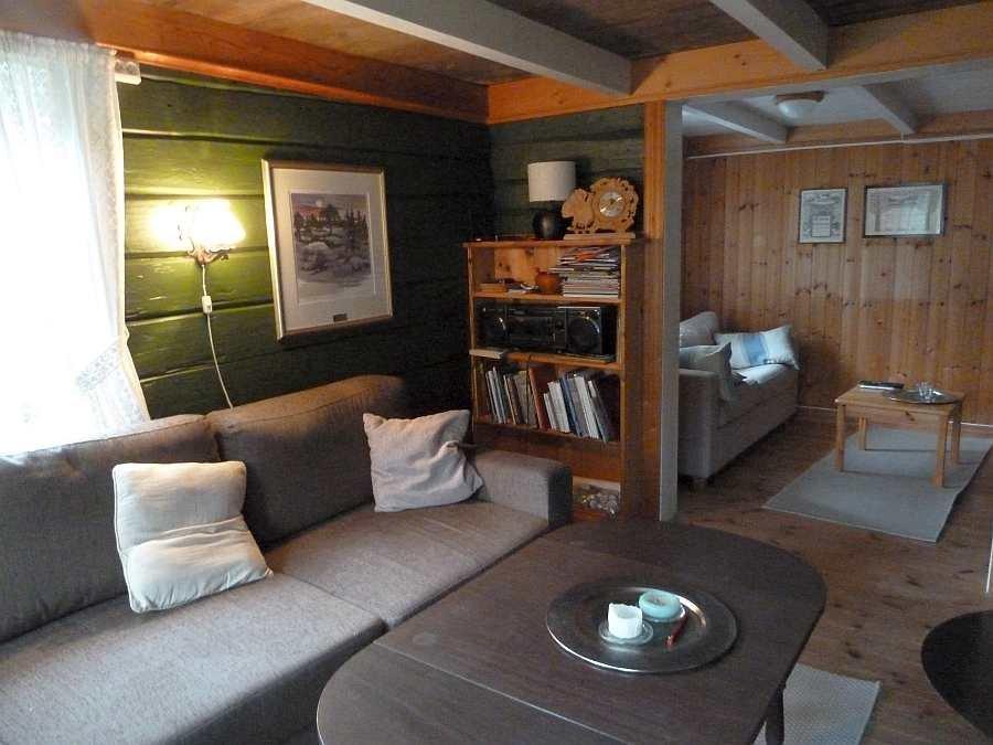 Blick vom Wohnbereich in das separate Fernsehzimmer