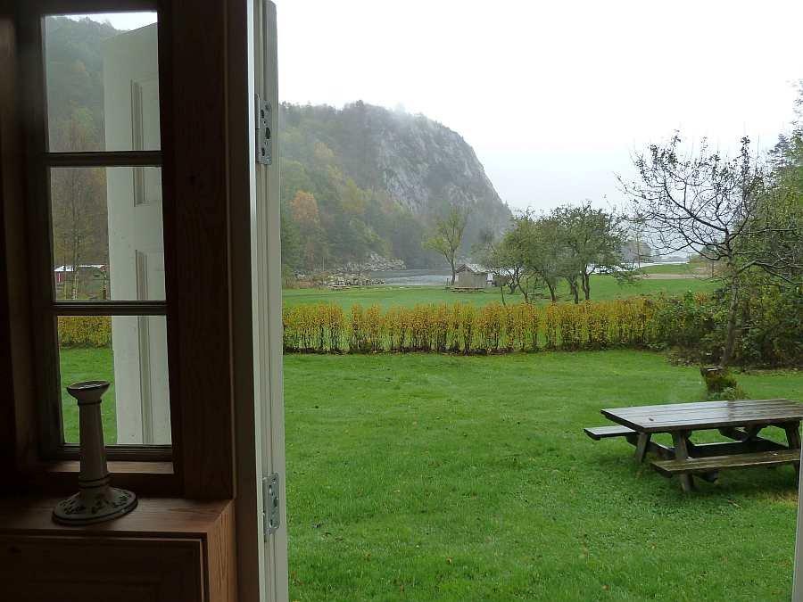 Blick aus dem Haus auf den Fjord