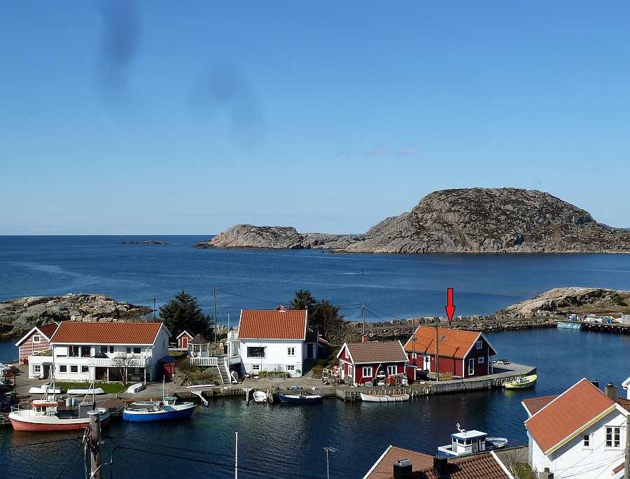Fiskehytter Holmen: Blick vom Ortskern von Korshamn an Land auf die kleine vorgelagerte Insel Holmen (nur ca. 40 Meter vom Land entfernt)