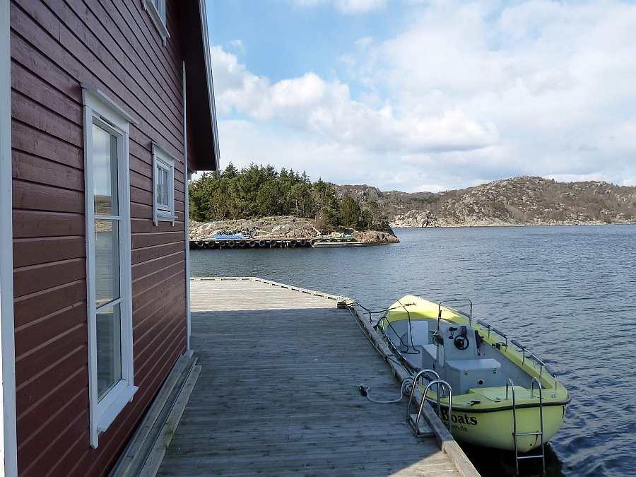 Die Terrasse bzw. der Steg zieht sich beinahe um das gesamte Haus. Ihr Angelboot liegt direkt vor der Haustür!