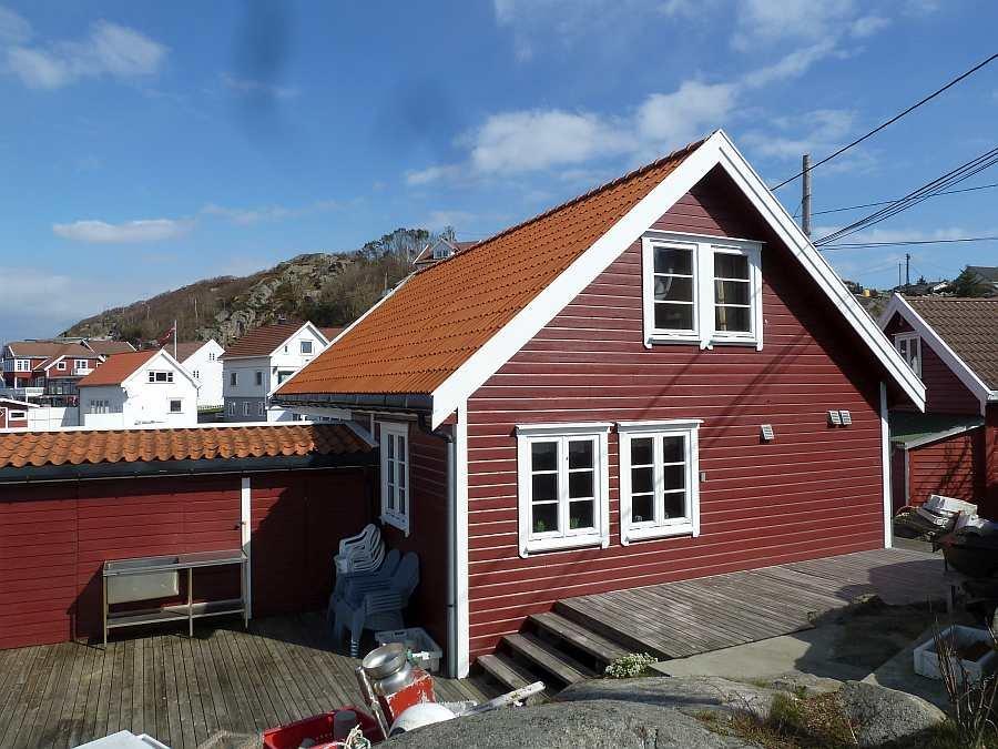 Die Rückseite des Hauses mit zwei Terrassenebenen  (Süden) und dem Filetiertisch