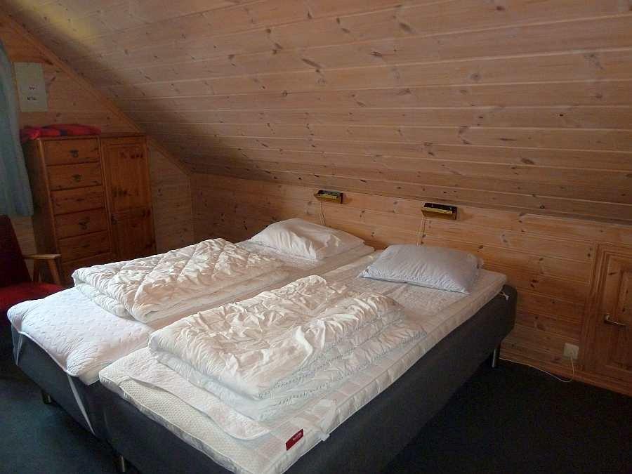 Zwei der Einzelbetten in diesem Schlafzimmer können bei Bedarf zum Doppelbett zusammengeschoben werden.