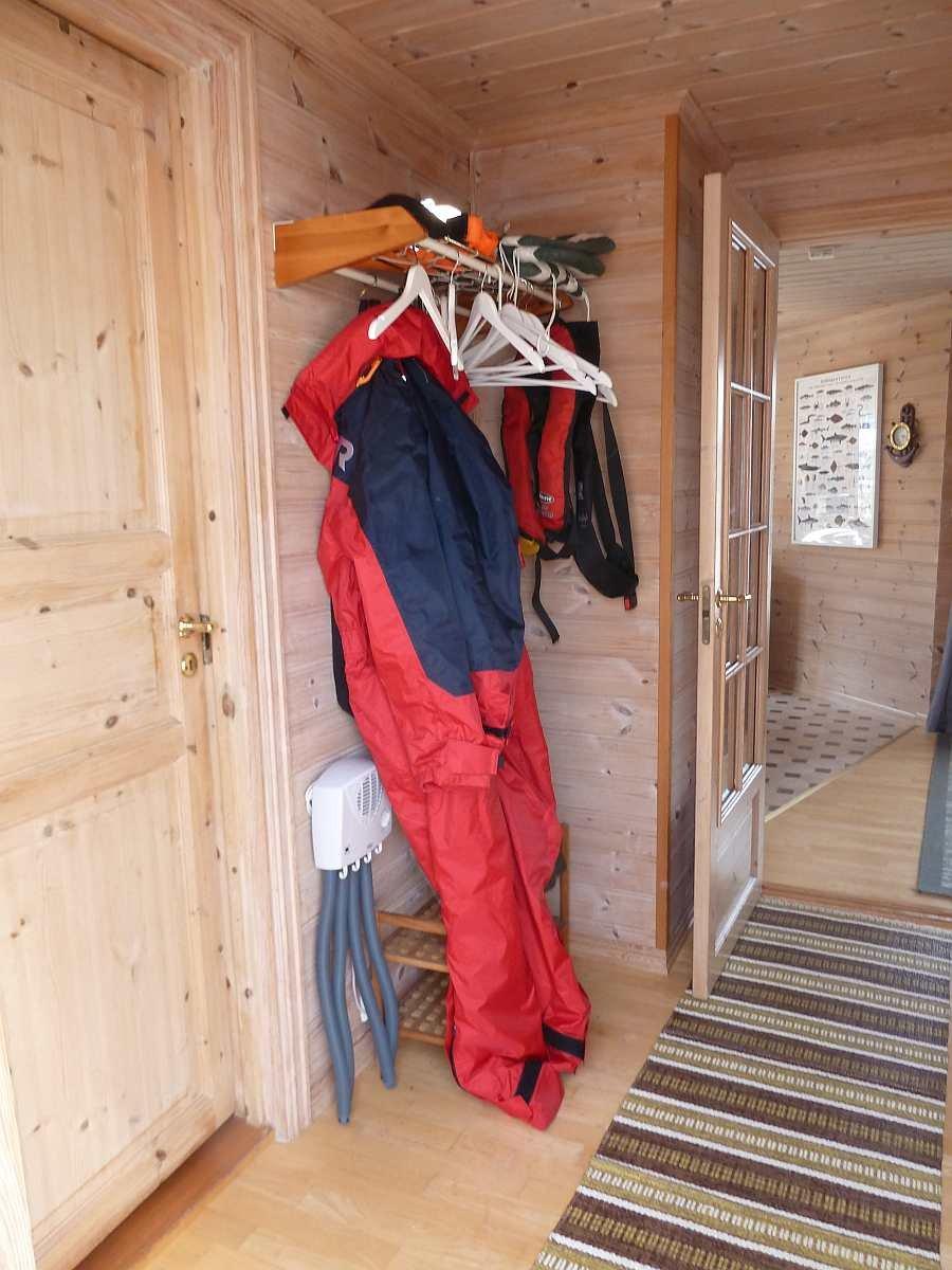 Der Flur mit Garderobe. Dort steht auch ein elektrischer Schuhtrockner zur Verfügung (links unten neben dem Anzug)