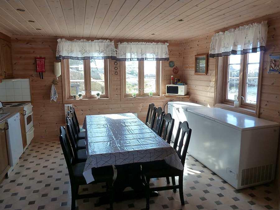 Der große Eschtisch in der Wohnküche. Rechts die große Gefriertruhe zum Einfrieren Ihrer Fänge