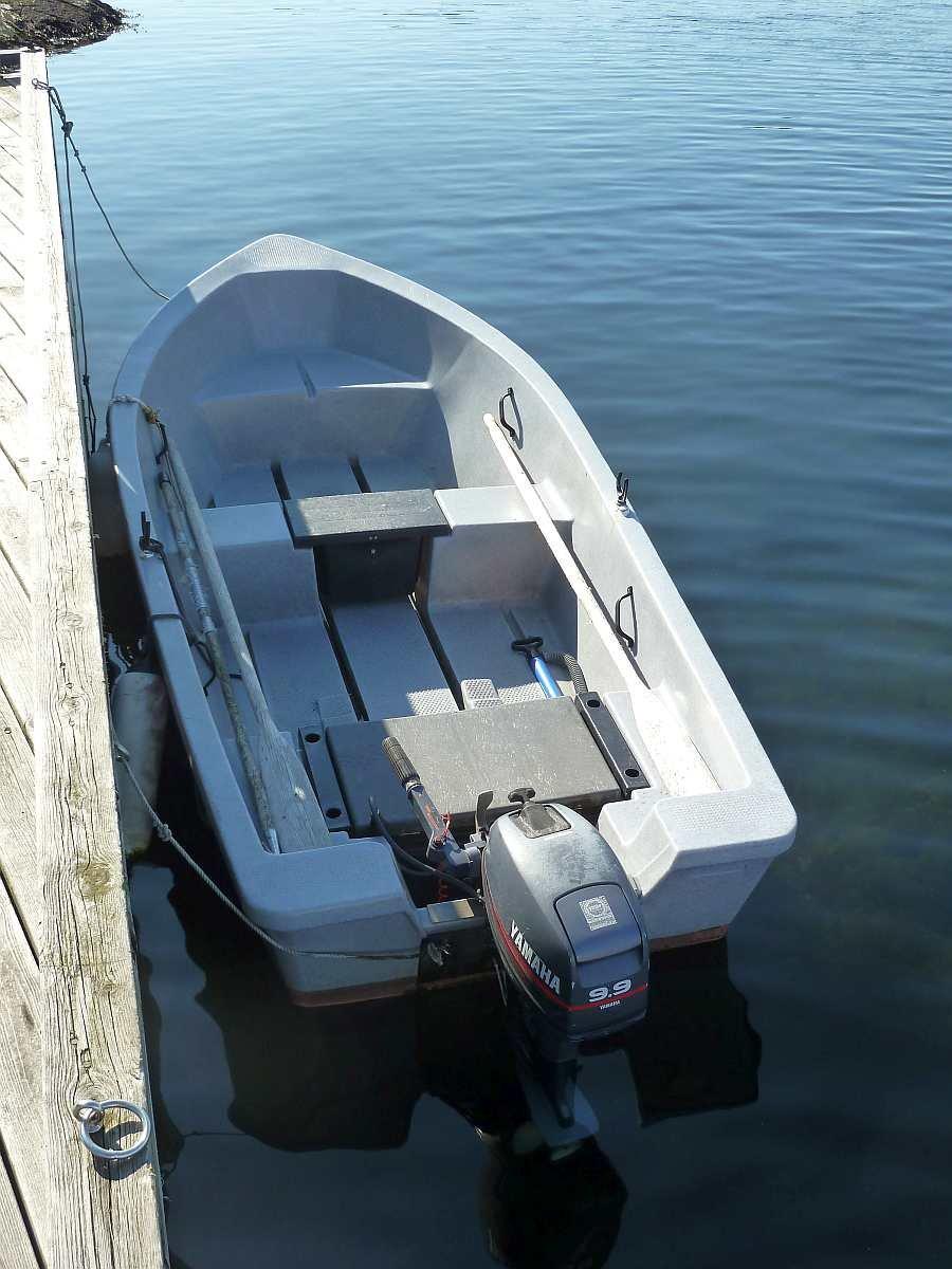 Bereits im Hauspreis enthalten - Das Transferboot Pioner 13 Fuß/9,9 PS. Mit diesem Boot gelangen Sie bei der Anreise den kurzen Weg auf die Insel. Das Boot kann darüberhinaus auch als Angelboot genutzt werden (NUR im Fjord!)