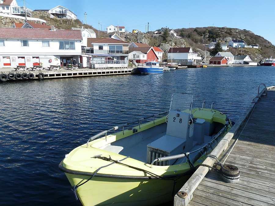 Von Ihrem Bootssteg aus sind es nur ca. 40 Meter hinüber zum Land. Hier im alten Ortskern von Korshamn finden Sie direkt einen Lebensmittelladen, ein Cafe/Restaurant und ein Pub (s. Foto). Auch die Bootstankstelle ist direkt dort