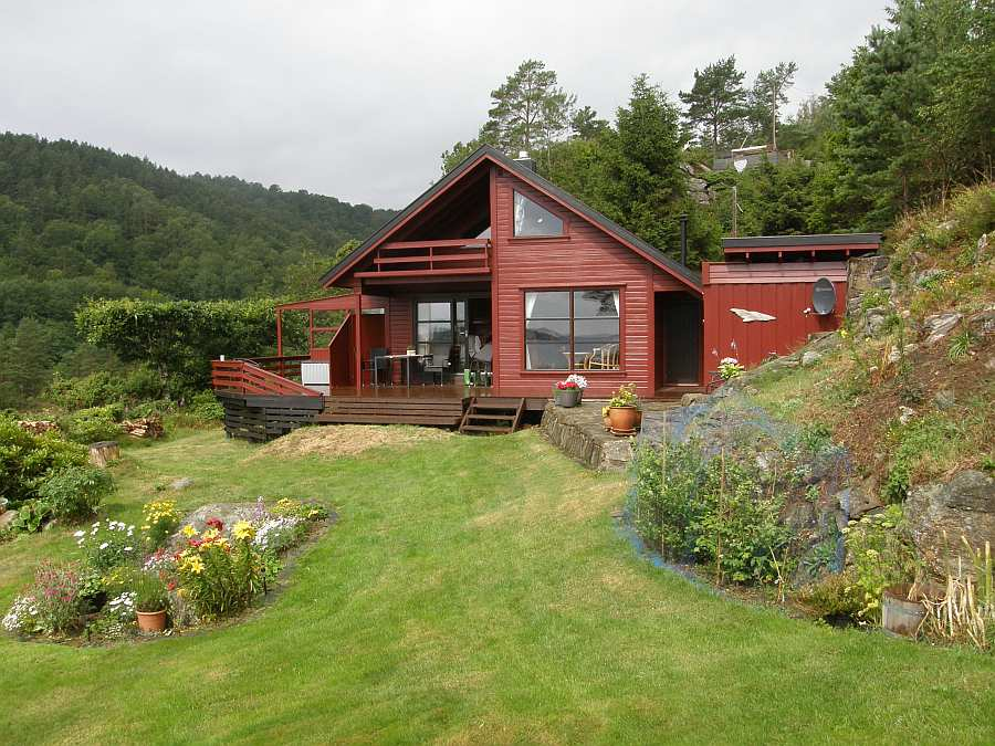 Ferienhaus Fjordsikt liegt auf einem eigenen schönen Gartengrundstück und bietet Platz für bis zu 6 Personen