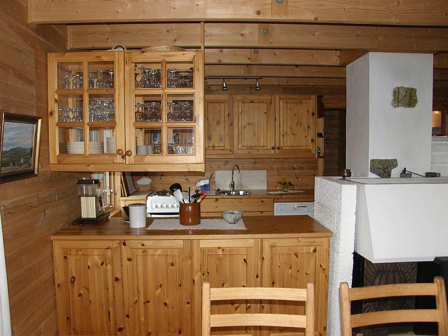 Blick vom Essbereich in die offene Studioküche