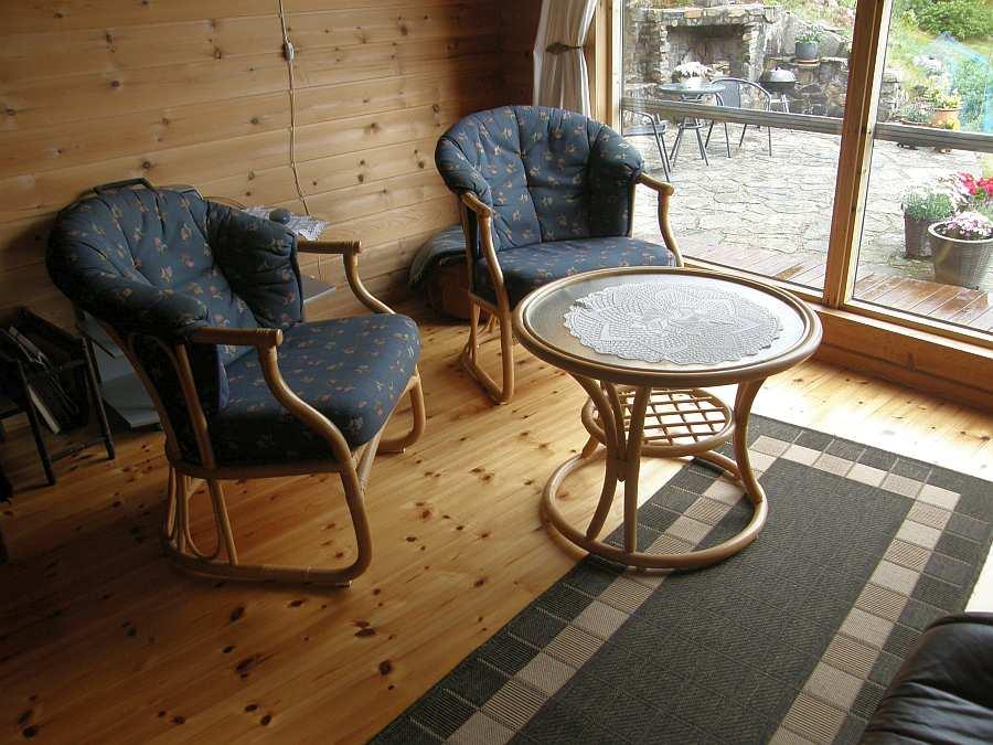 Zusätzlicher Sitzbereich im Wohnzimmer mit Blick auf das Meer