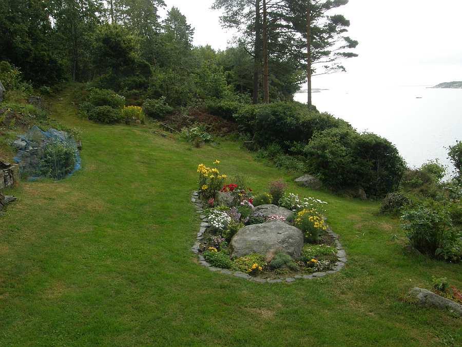 Blick vom Garten auf das Meer