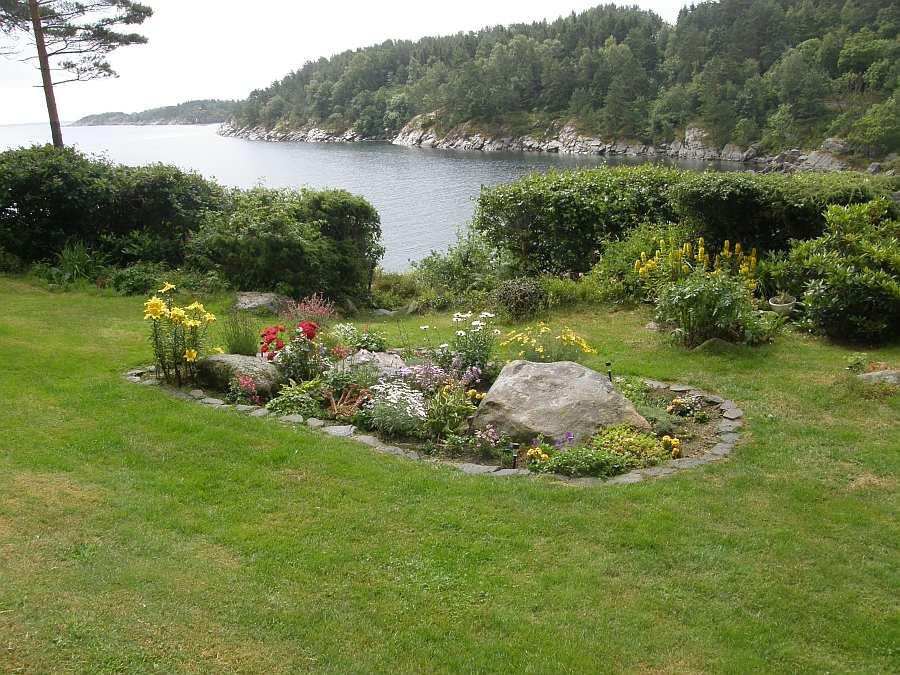 Der Garten des Ferienhaus Fjordsikt - direkte Wasserlage