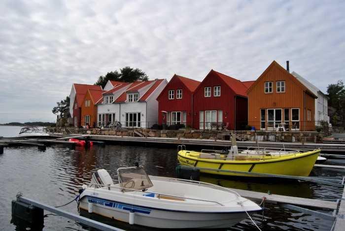 Die Ferienhäuser befinden sich direkt am Wasser.