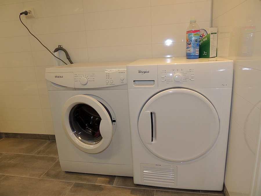 Im Bad stehen eine Waschmaschine und ein Trockner zu Verfügung