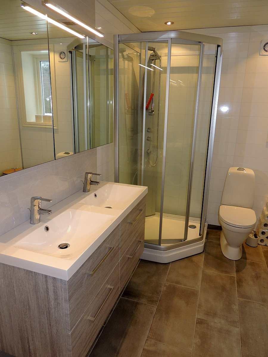 Das Bad des Ferienhauses mit Dusche und WC