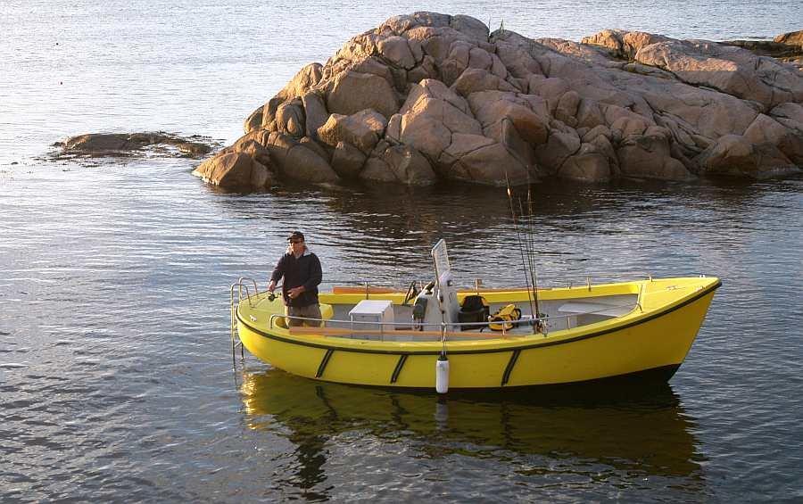 Bis zu 4 Angler haben bequem Platz auf dem geräumigen Benzinkutter